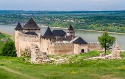 Het kasteel van Khotyn op de rivieroever van Dniester ukraine Stock Foto's