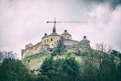 Het kasteel van Krasnahorka met kraan, Slowakije, analoge filter royalty-vrije stock foto's