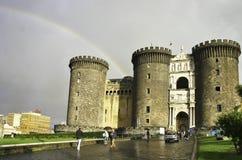 Het kasteel van Maschioangioino in Napels met regenboog Stock Foto's