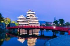 Het kasteel & x28 van Matsumoto; Matsumoto-Jo& x29; historisch oriëntatiepunt bij nacht met royalty-vrije stock afbeelding