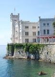 Het kasteel van Miramare, dichtbij Italiaanse stad Triëst royalty-vrije stock afbeeldingen