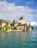 Het kasteel van Oberhofen op meer thun in Zwitserland Stock Foto's