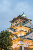 Het kasteel van Osaka in bewolkte hemel vóór de regendaling neer Stock Afbeelding