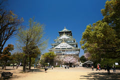 Het kasteel van Osaka met mooie aard en blauwe hemel Stock Foto's