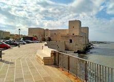 Het kasteel van het oude fort van Trani - toneel kleine stad in Puglia, Italië royalty-vrije stock afbeeldingen