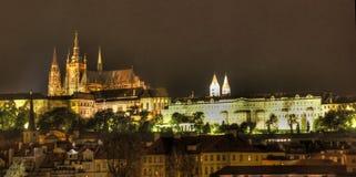 Het kasteel van Praag bij nacht stock foto's