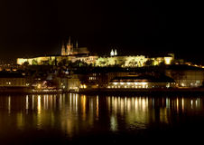 Het kasteel van Praag bij nacht Royalty-vrije Stock Foto's