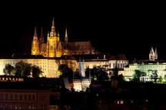 Het Kasteel van Praag bij nacht Stock Afbeelding