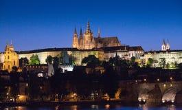Het Kasteel van Praag bij nacht Stock Afbeeldingen