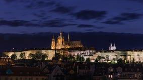 Het Kasteel van Praag bij nacht in Praag, Tsjechische Republiek royalty-vrije stock foto's