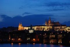 Het kasteel van Praag bij zonsondergang Stock Afbeeldingen