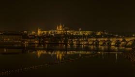 Het kasteel van Praag in de herfst donkere nacht Stock Fotografie