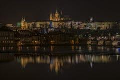 Het kasteel van Praag in de herfst donkere nacht Royalty-vrije Stock Foto's
