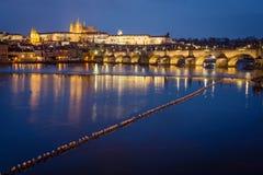 Het Kasteel van Praag en Charles Bridge bij nacht, Tsjechische Republiek royalty-vrije stock fotografie