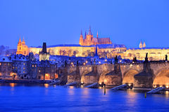 Het kasteel van Praag en de brug van Charles in de winter stock foto's