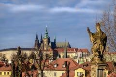 Het kasteel van Praag en steenstandbeeld op Charles-brug, Tsjechische republiek stock afbeeldingen