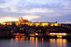 Het Kasteel van Praag na zonsondergang Tsjechische Republiek Royalty-vrije Stock Afbeelding