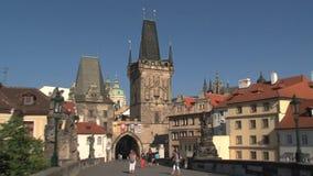 Het kasteel van Praag om torenzoom-out, Praag te overbruggen stock footage