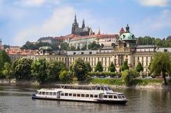 Het Kasteel van Praag over de rivier Vltava Stock Afbeelding