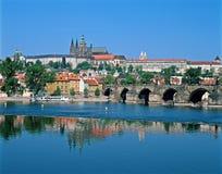 Het Kasteel van Praag over de rivier Vltava Stock Afbeeldingen