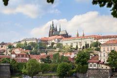 Het Kasteel van Praag over de rivier Vltava Royalty-vrije Stock Foto's