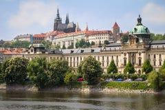 Het Kasteel van Praag over de rivier Vltava Stock Fotografie