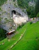 Het kasteel van Predjamski op basis Stock Foto