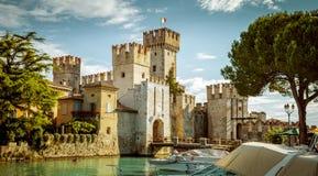 Het kasteel van Roccascaligera in Sirmione-stad dichtbij Garda-Meer stock afbeeldingen