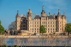 Het kasteel van Schwerin in de lente in het mooiste weer v??r blauwe hemel stock afbeelding