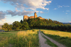 Het kasteel van Slowakije, Stara Lubovna met weg royalty-vrije stock afbeelding