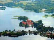 Het kasteel van Trakai in het meer stock afbeeldingen