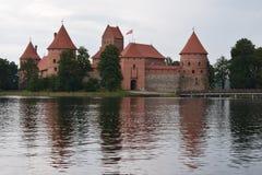 Het kasteel van het Trakaieiland bij het meer Bezinning in water royalty-vrije stock fotografie