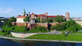 Het Kasteel van Wawel, Krakau, Polen Luchtpanorama stock video