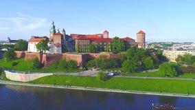 Het Kasteel van Wawel, Krakau, Polen Luchtpanorama stock footage