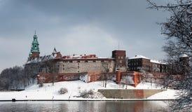 Het Kasteel van Wawel in rivier Krakau en Vistula in de winter stock fotografie