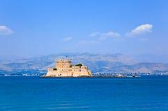 Het kasteeleiland van Bourtzi in Nafplion, Griekenland Stock Foto's