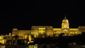 Het Kasteelheuvel van Boedapest in de nacht stock foto's