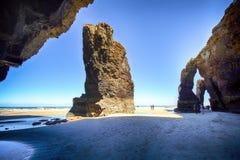 Het kathedralenstrand in eb met rotsen erosioned door de actie van het overzees Royalty-vrije Stock Foto's