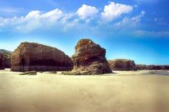 Het kathedralenstrand met de rotsen erosioned door de actie van het overzees Royalty-vrije Stock Foto's