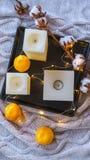 Het katoen van het de winterstilleven en mandarijnen en kaarsen op zwarte tra royalty-vrije stock foto's