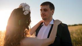Het Kaukasische bruid en bruidegom stellen op het gebied stock videobeelden