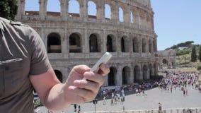 Het Kaukasische dichte omhooggaande de hand van de mensentoerist texting op mooie mening van Europese oude stad met mobiele slimm stock footage