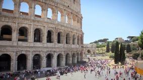Het Kaukasische Jongenstoerist texting op mooie mening van Europese oude stad met mobiele slimme telefoon stock video