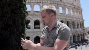 Het Kaukasische mensentoerist texting op mooie mening van Europese oude stad met mobiele slimme telefoon stock videobeelden