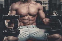 Het Kaukasische sexy geschiktheids mannelijke model voert oefening met domoor uit Stock Foto's