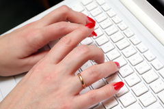 Het Kaukasische vrouwenwerk aangaande witte laptop. stock foto