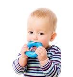 Het kauwen van de baby stuk speelgoed royalty-vrije stock afbeelding