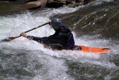 Het kayaking van de mens Stock Foto