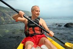 Het kayaking van de mens royalty-vrije stock fotografie
