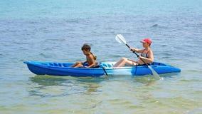 Het kayaking van de moeder en van de zoon Stock Afbeeldingen